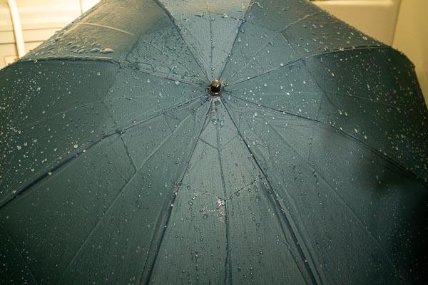 モンベル トレッキングアンブレラ 2年使っている傘にシャワーで水をかけてみた
