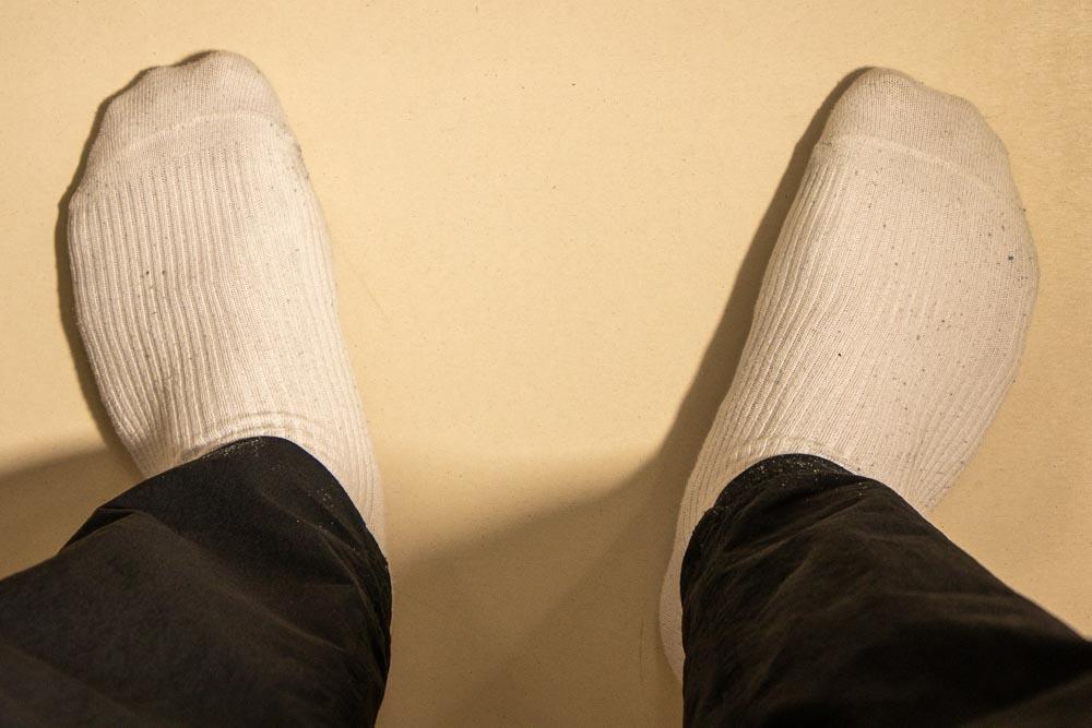 スニーカーを脱いだ後の靴下