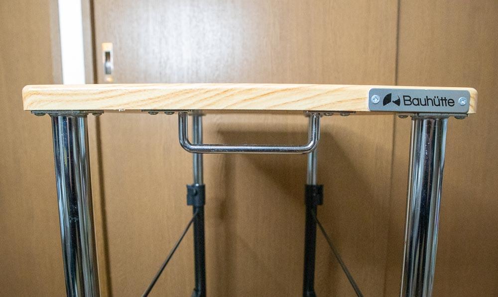 ▲テーブル本体とPCを合わせて結構な重量になるので、取っ手が付いているのはありがたい(クリックで拡大)