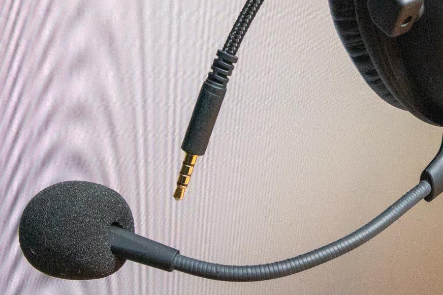 ▲ヘッドセットは音を出力するのと同時にマイクを入力する必要があるので4極ステレオミニプラグが使用されている(クリックで拡大)
