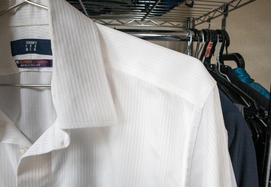 ▲ワイシャツに普通のハンガーを使っている図(クリックで拡大)