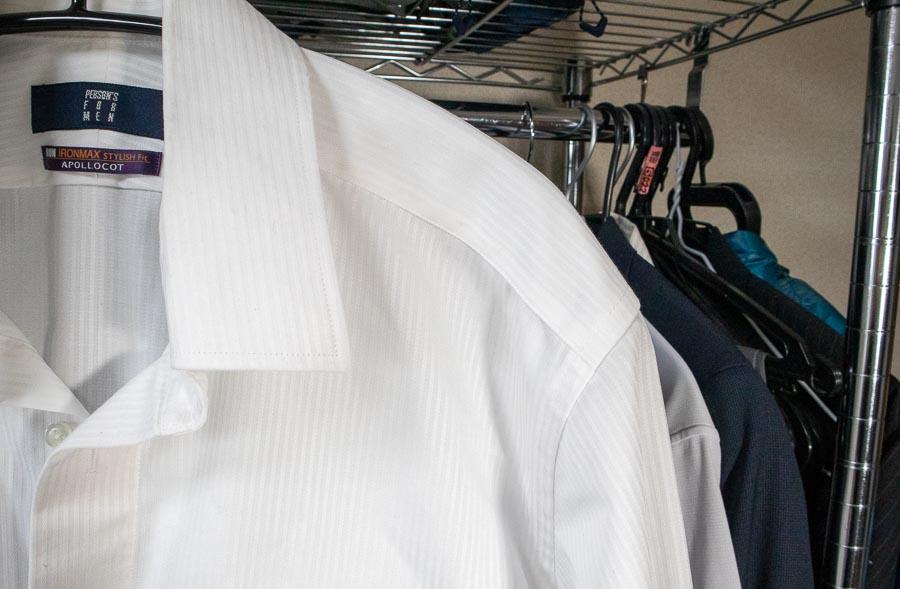▲ワイシャツにアーチ型ハンガーを使っている図(クリックで拡大)